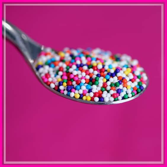 כפית עם סוכריות צבעוניות