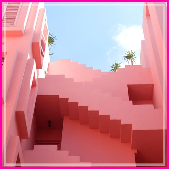 מדרגות של בניין ורוד
